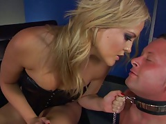 Fetish milf Alexis Texas holds man by the chain and makes him eat ass