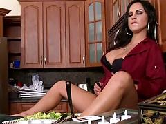 Milf Mariah in teh kitchen